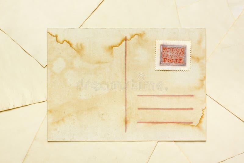 Postal vacía envejecida con el sello abstracto pintado stock de ilustración