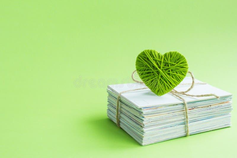 Postal vacía, postcrossing, letra de amor verde del corazón imágenes de archivo libres de regalías