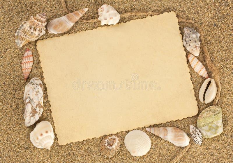 Postal vieja en seashells del whith de la arena ilustración del vector