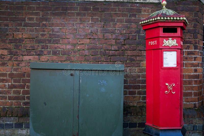 Postbox britânico vermelho vitoriano na rua urbana imagem de stock royalty free