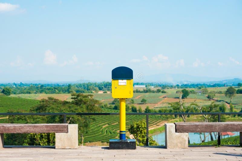 Postbox giallo fotografia stock libera da diritti