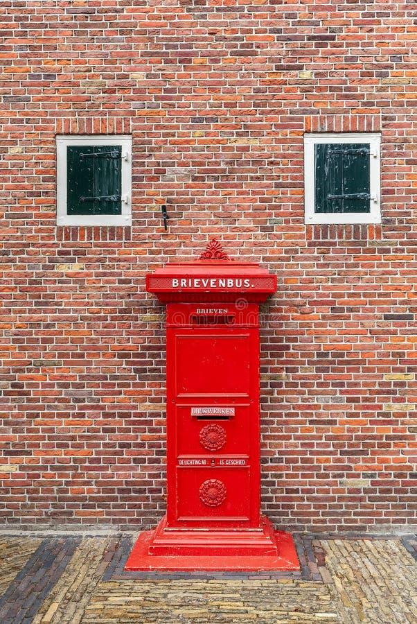 Postbox rosso nei Paesi Bassi fotografia stock