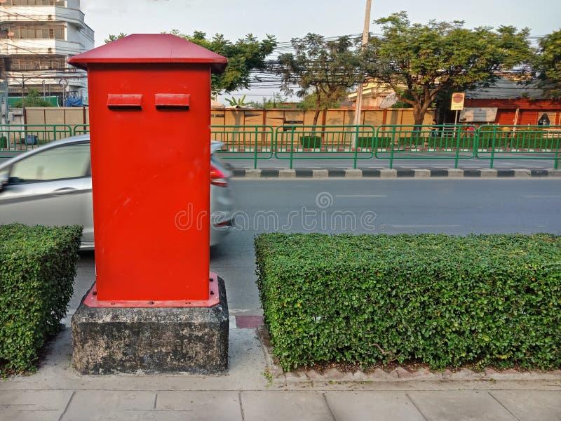 Postbox rosso sul sentiero per pedoni in Tailandia fotografia stock libera da diritti