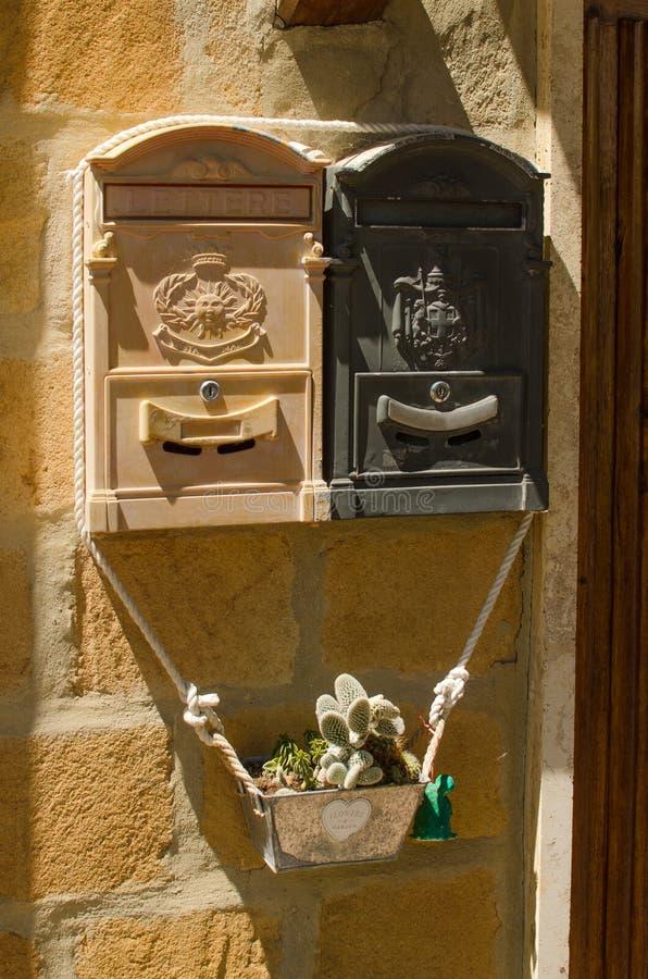 Postbox två på väggen arkivbild