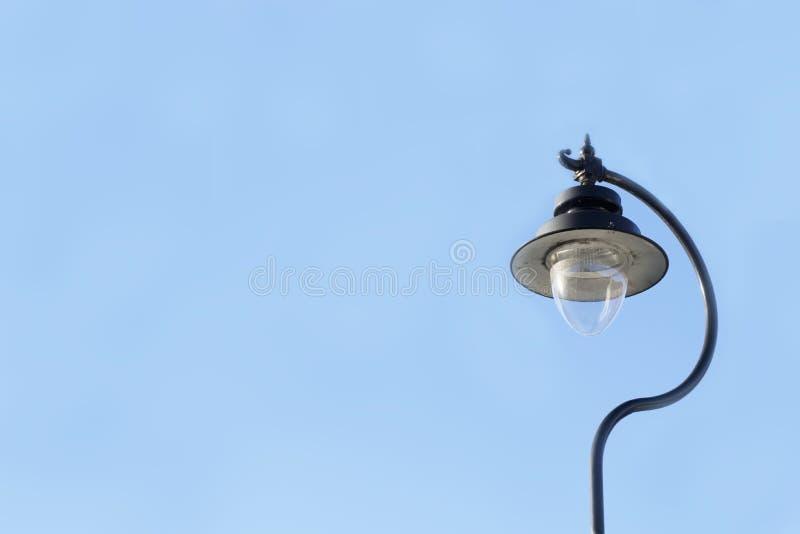 Poste antiguo victoriano de la lámpara y cielo grande del negro de la linterna del bulbo y azul foto de archivo libre de regalías