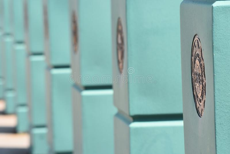 Poste, barrera, turquesa, simétrica, con las sombras foto de archivo