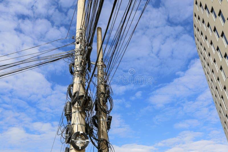 Poste con los cables y el alambre del enredo imagenes de archivo