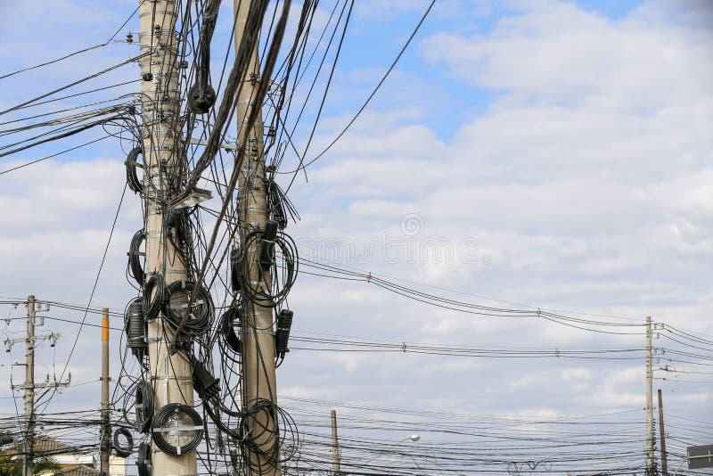 Poste con los cables y el alambre del enredo fotografía de archivo