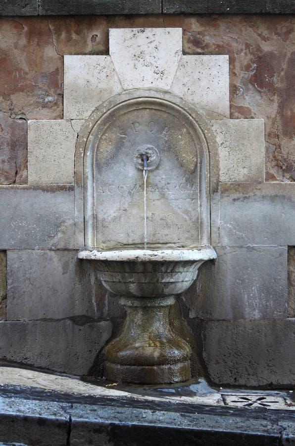 Poste d'eau potable antique à Rome photos stock