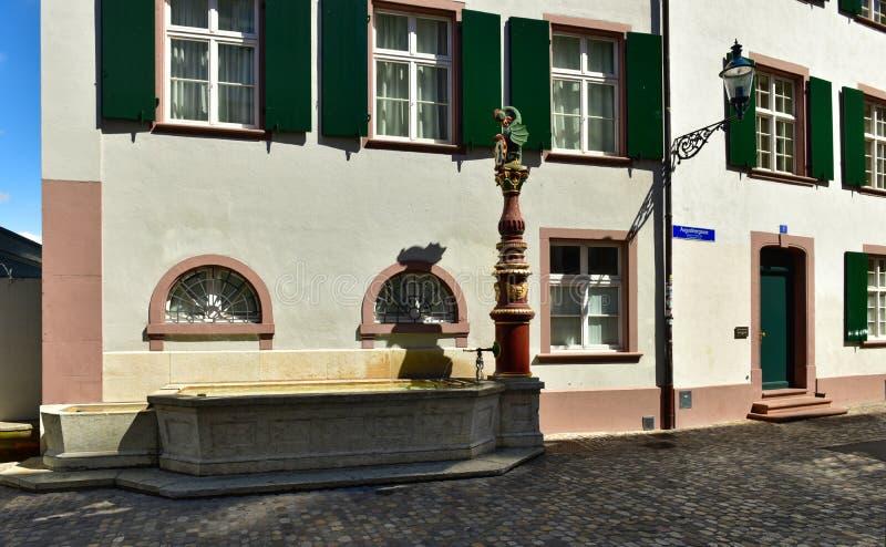 Poste d'eau potable Augustiner-Brunnen de rue antique Ville de B?le, Suisse image stock