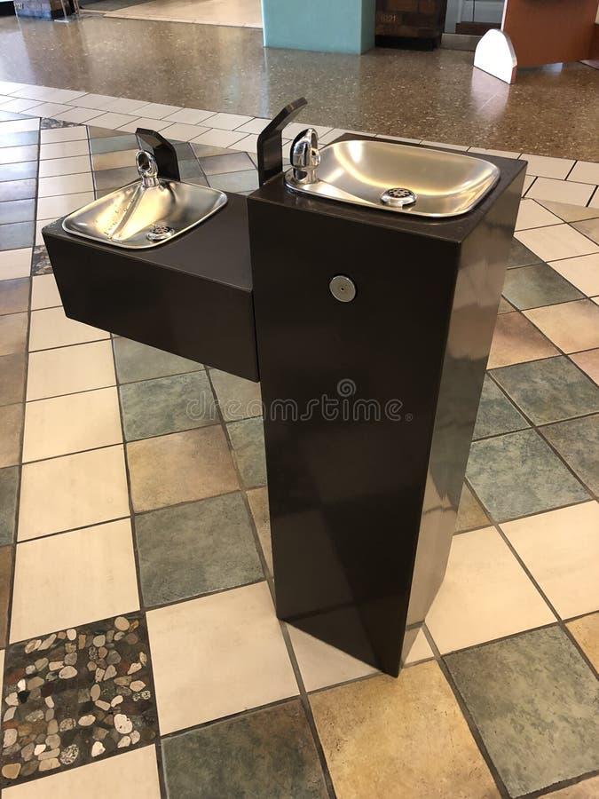 Poste d'eau potable dans le mail photo libre de droits