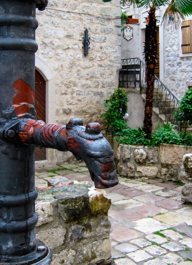 Poste d'eau potable de la vieille eau en métal image stock
