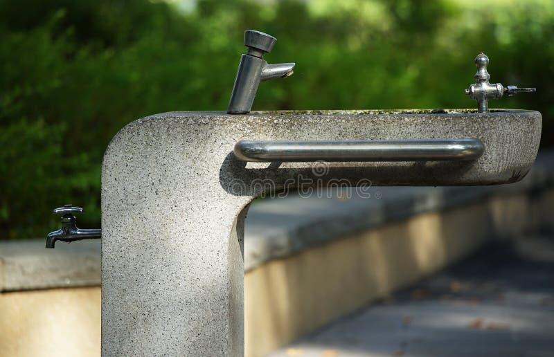 Poste d'eau potable du parc photo stock