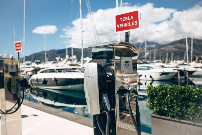 Poste d'essence ?lectrique moderne de Tesla photographie stock libre de droits
