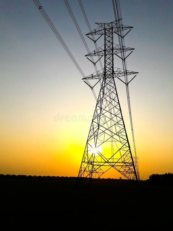 Poste de alto voltaje eléctrico de la potencia fotografía de archivo libre de regalías
