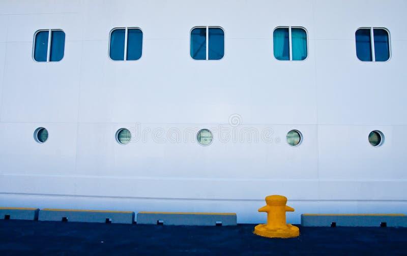 Poste de amarração amarelo por vigias dos navios imagens de stock