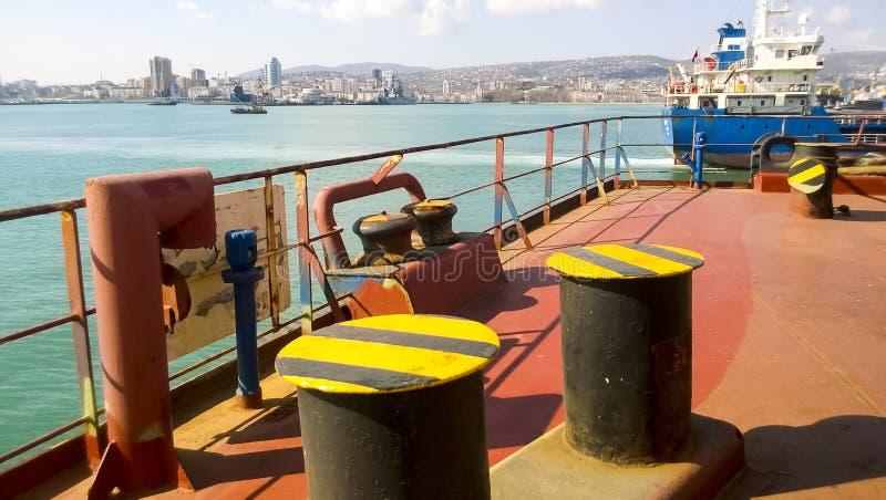 Poste de amarração da amarração nas plataformas de um porto industrial imagens de stock royalty free