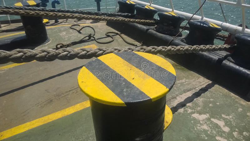 Poste de amarração da amarração nas plataformas de um porto industrial imagem de stock