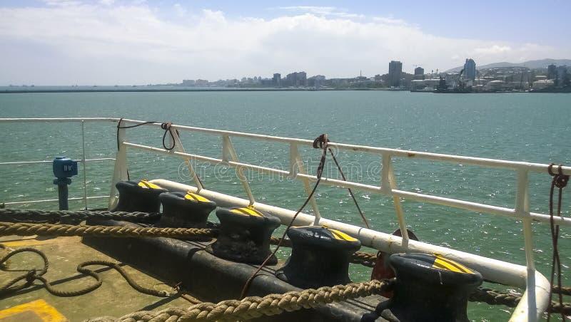 Poste de amarração da amarração nas plataformas de um porto industrial fotos de stock