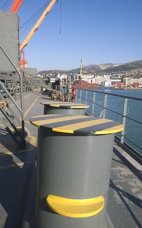 Poste de amarração da amarração nas plataformas de um porto industrial fotografia de stock royalty free