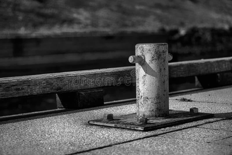 Poste de amarração da amarração para o barco de rio, cargo de aço para amarrações imagens de stock royalty free