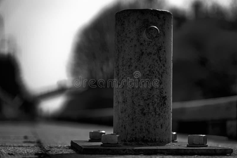 Poste de amarração da amarração para o barco de rio, cargo de aço para amarrações foto de stock