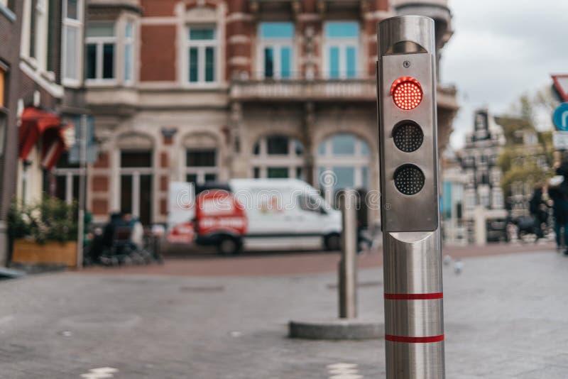 Poste de amarração metálico automático com luz vermelha fotos de stock royalty free