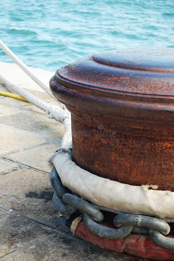 Poste de amarração oxidado foto de stock royalty free