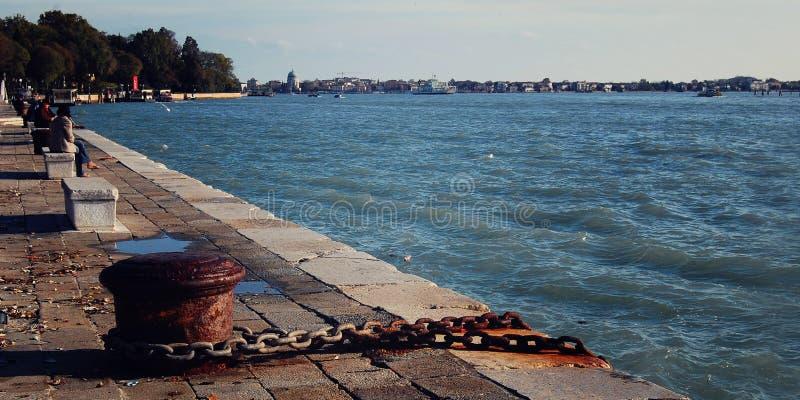 Poste de amarração velho da amarração e corrente oxidada Veneza imagens de stock royalty free