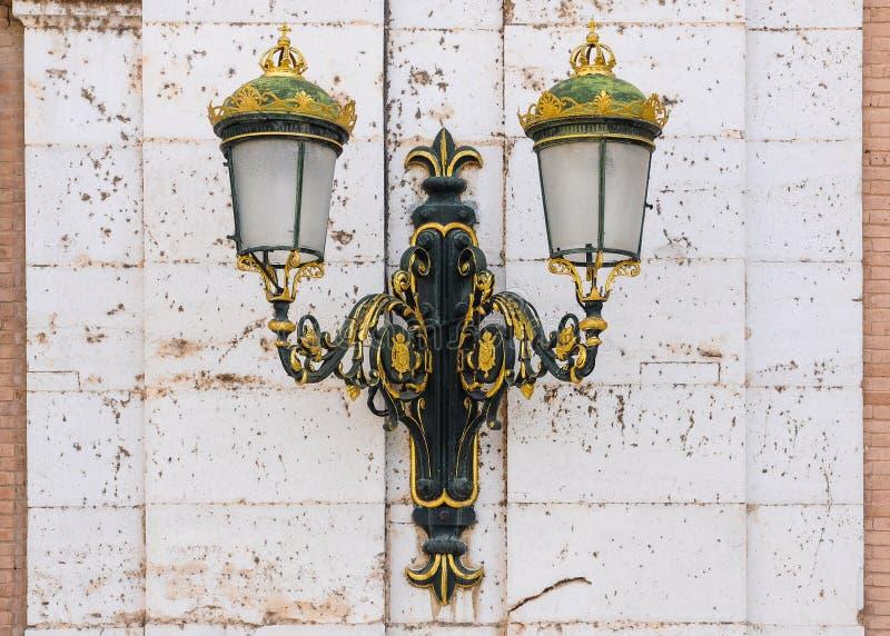 Poste de luz em Royal Palace de Aranjuez, Espanha fotografia de stock