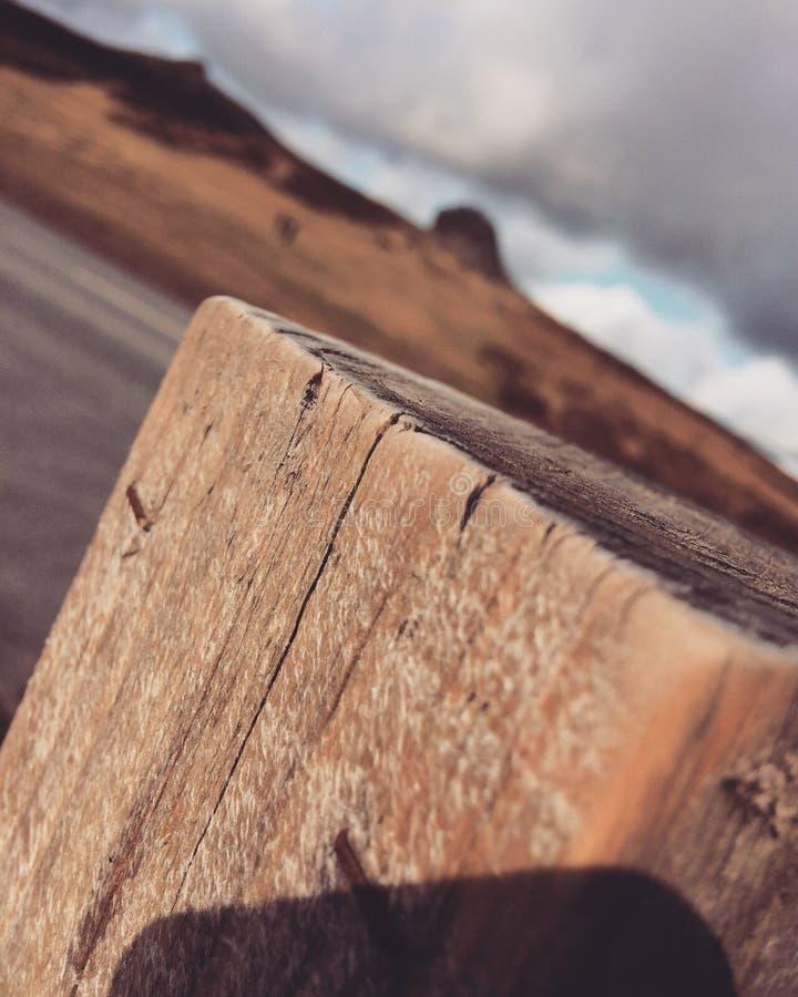 Poste de madera en la parte inferior de la colina fotos de archivo