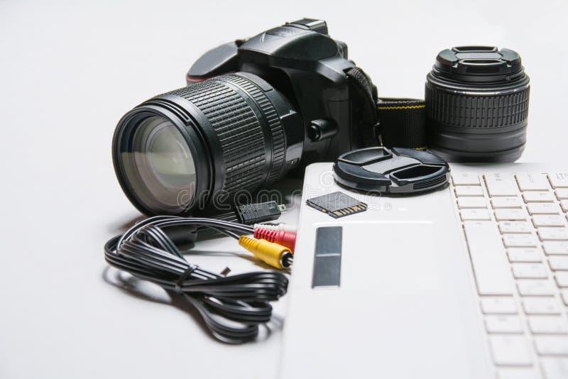 Poste de travail de photo numérique Appareil photo numérique moderne, ordinateur portable photo stock