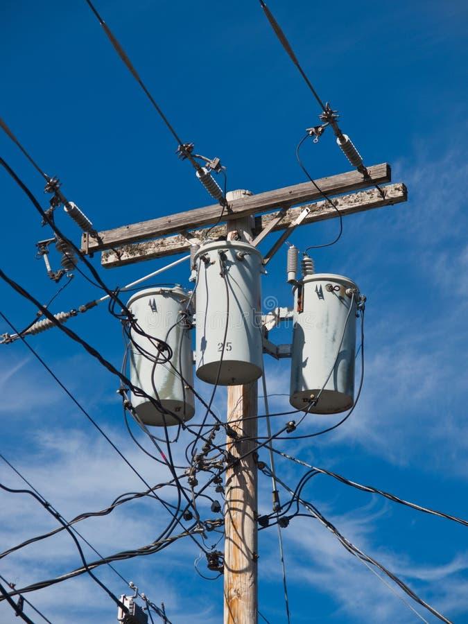 Poste eléctrico con los transformadores y los alambres fotografía de archivo