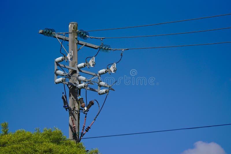 Poste eléctrico de las líneas eléctricas de alto voltaje fotos de archivo libres de regalías