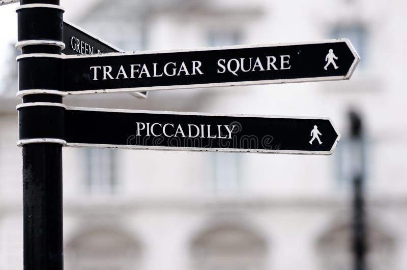 Poste indicador de la calle de Londres con el cuadrado de Trafalgar imagen de archivo