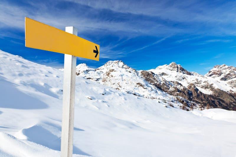 Poste indicador de la montaña imagen de archivo libre de regalías