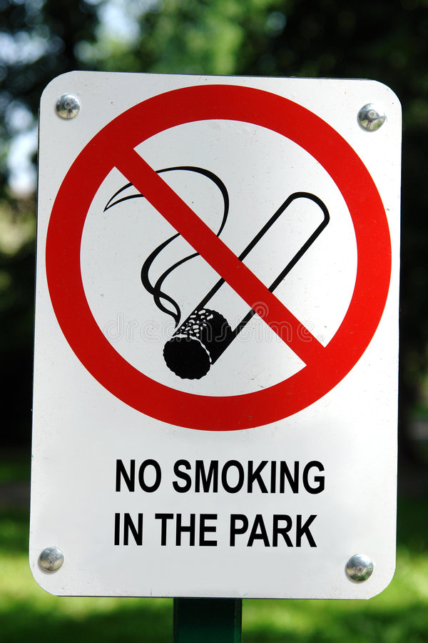 Poste indicador de no fumadores imagenes de archivo
