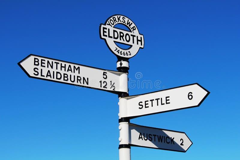 Poste indicador del borde de la carretera en Eldroth, North Yorkshire imagen de archivo