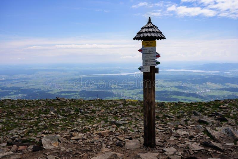 Poste indicador del camino en las montañas de Tatra fotografía de archivo libre de regalías
