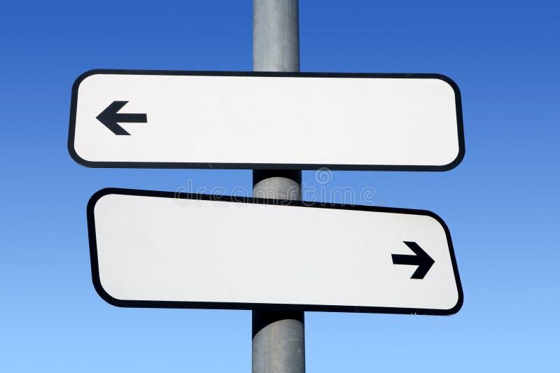 Poste indicador en blanco de dos vías. imágenes de archivo libres de regalías