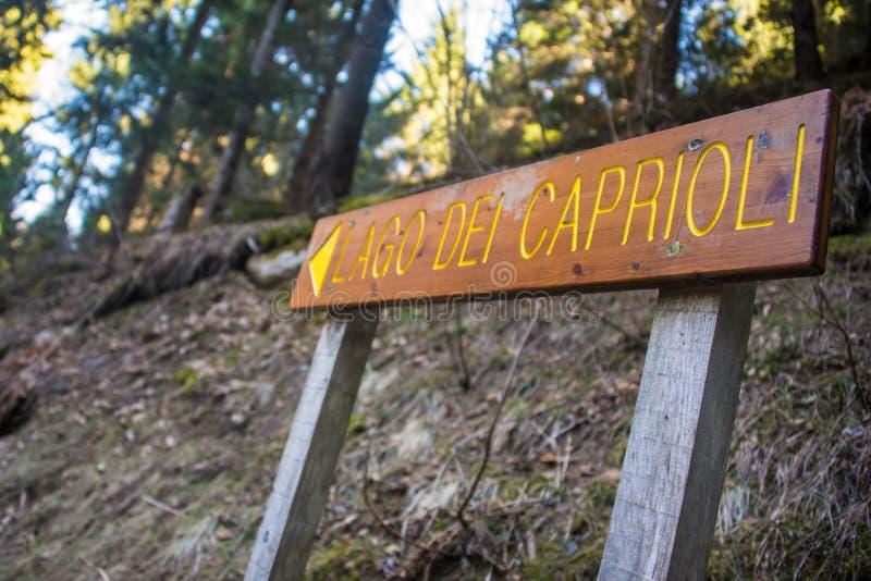 Poste indicador en el camino del bosque con el dei Caprioli de Lago de la muestra foto de archivo libre de regalías