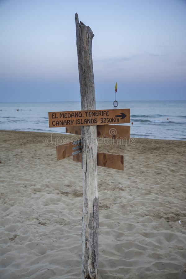 Poste indicador en la playa imagen de archivo
