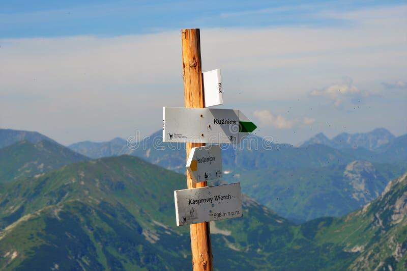 Poste indicador en montañas eslovacas fotografía de archivo