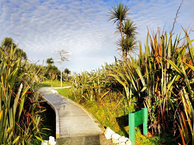 Poste indicador, pista costera, Nueva Zelanda imagen de archivo