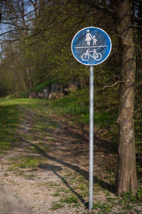 Poste que señala una trayectoria del peatón y de la bicicleta imagenes de archivo
