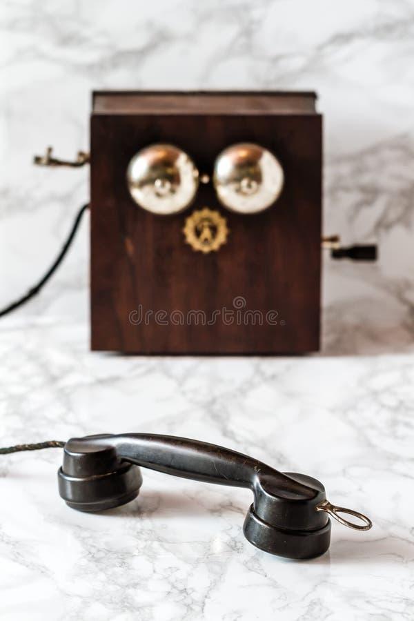 Poste téléphonique antique de manivelle de magnéto sur le fond de marbre image libre de droits