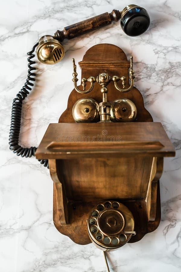 Poste téléphonique antique de manivelle de magnéto sur le fond de marbre image stock