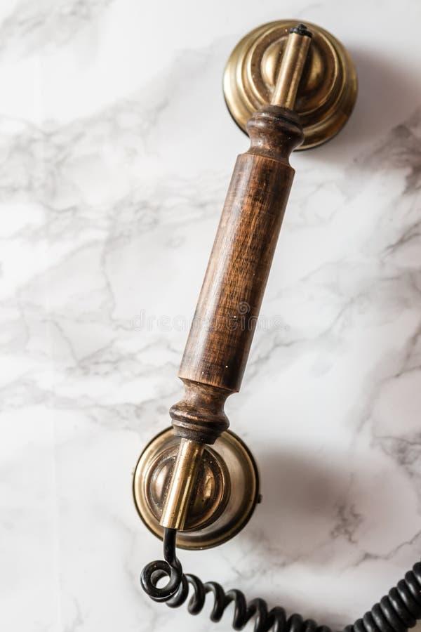 Poste téléphonique antique de manivelle de magnéto sur le fond de marbre images libres de droits