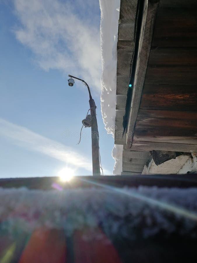 Poste y sol en la puerta imagenes de archivo