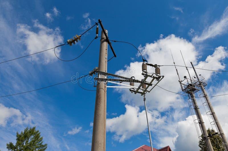 Posten des elektrischen Stroms mit Draht stockfotografie
